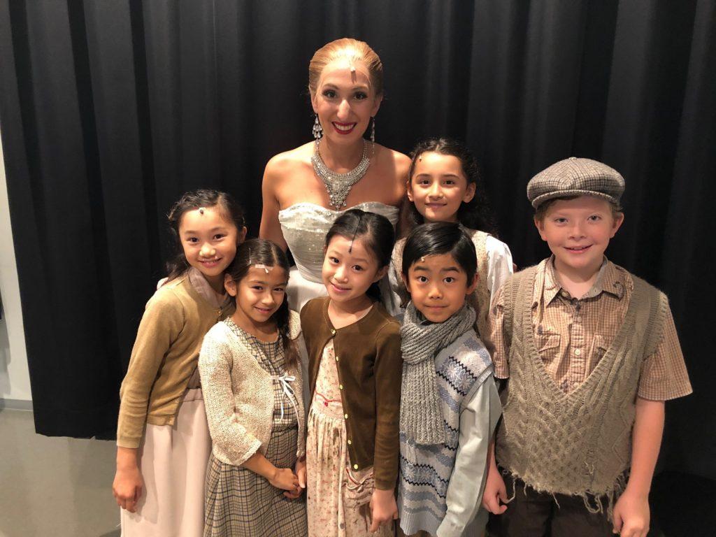 エマ・キングストンと外国人キッズ俳優ジャスミン、子どもたちの写真