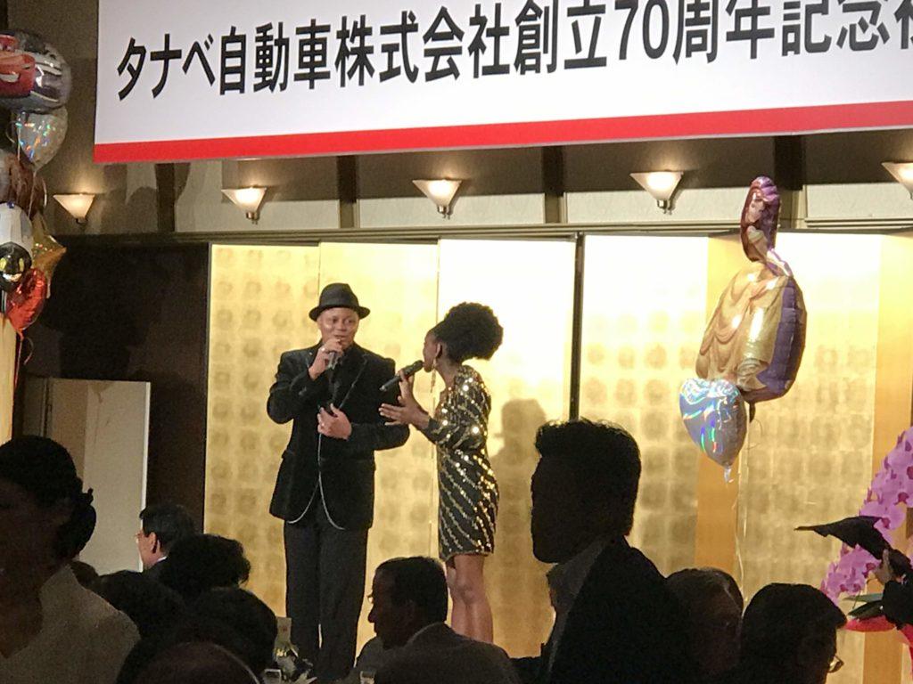 タナベ自動車祝賀会に出演した外国人シンガーギャリーとスウィンキー
